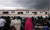 Rangkaian KRL Commuterline  melintas dikawasan Kota Bogor, Jawa Barat, Sabtu (30/12). PT Kereta Commuter Indonesia (PT KCI) sebagai operator KRL Commuterline menambah perjalanan KRL untuk warga selama pergantian tahun dengan 23 perjalanan KRL tambahan disediakan bagi pengguna jasa KRL hingga pukul 02.00 WIB.