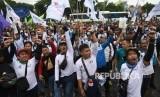 Ratusan buruh menggelar aksi unjuk rasa menentang omnibus law di Jakarta, Senin (20/1/2020).
