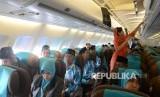 Ratusan Jamaah Umroh berada dalam pesawat Garuda untuk berangkat ke Tanah Suci di Bandara Juanda, Surabaya,Jawa Timur, Selasa (29/11)