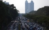 Ratusan kendaraan antre menuju Jakarta Fair Kemayoran 2017 di Jalan Benyamin Sueb, Kemayoran, Jakarta Pusat, Kamis (29/6).
