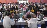 Ratusan orang tua dan calon siswa mendaftar penerimaan peserta didik baru (PPDB) 2019 tingkat SMA-SMK di SMAN 8 Bandung, Jalan Solontongan, Kota Bandung, Senin (17/6).