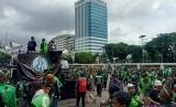 <em>Ojol</em> Gelar Aksi Massa di Depan Kompleks Parlemen