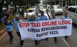 Ratusan supir taksi demo menolak keberadaan angkutan umum online di Jalan Jenderal Sudirman, Jakarta, Selasa (22/3).