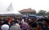 Ratusan warga sipil yang hendak menyaksikan pemakaman Presiden RI ketiga BJ Habibie harus berdebat dengan Paspamres di Taman Makam Pahlawan (TMP) Kalibata, Jakarta Selatan, Kamis (12/9).