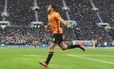 Raul Jimenez mencetak gol ke gawang Tottenham Hotspur.