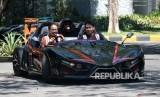 Rektor Institut Teknologi Sepuluh Nopember (ITS) Surabaya Mochamad Ashari (kiri) mengemudikan mobil Lowo Ireng Reborn di ITS Surabaya, Jawa Timur, Kamis (18/7/2019).