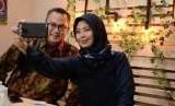 Rektor IPB, Arif Satria, berswafoto dengan jurnalis Republika, Yeyen Rostiyani, di sela-sela program iMPRESI.