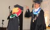 Rektor UAA Prof Hamam Hadi (kanan) mewisuda para lulusan universitas tersebut.