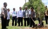 Rektor UIN Ar-Raniry Farid Wajdi Ibrahim  disaksikan Direktur Jenderal Pengendalian DAS-HL Kementerian Lingkungan Hidup dan Kehutanan RI, Hilman Nugroho, saat menanam pohon di halaman Fakultas Sains dan Teknologi UIN Ar-Raniry, Banda Aceh, Rabu (20/9).