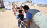 Relawan ACT di Gaza, Palestina, membagikan bantuan makanan kepada sejumlah anak-anak Palestina, Senin (6/5)
