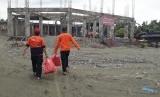 Relawan Baznas Tanggap Bencana mendistribusikan bantuan logistik ke gereja di Sentani, Jayapura, Papua, Jumat (22/3).