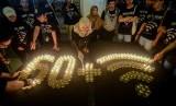 Relawan dari World Wide Fund for Nature (WWF) Indonesia menyalakan lilin saat perayaan Earth Hour di Bandung, Jawa Barat, Sabtu (30/3/2019). Tahun ini Earth Hour digelar virtual.
