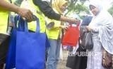 Relawan Konsorsium Peduli Bogor (KPB) membagikan tas guna ulang saat sosialisasi Bogor Anti Kantong Plastik (Antik) di Taman Ekspresi, Kota Bogor, Jawa Barat, Ahad (25/11).