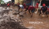 Relawan membersihkan endapan lumpur di lokasi dampak banjir di Banyuwangi, Jawa Timur / Ilustrasi