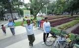 Relawan menghimbau pengunjung agar selalu menjaga kebersihan di Taman Dewi Sartika, Kota Bandung, Selasa (19/12).