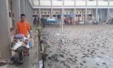 Relawan muda Baznas turut bergotong-royong membersihkan sekolah di Jayapura yang terdampak banjir bandang, Kamis (21/3).