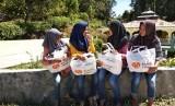 Relawan Rumah Zakat Medan melakukan distribusi Kado Lebaran Yatim untuk 50 anak di Kec Garoga dan Desa Sopo Raru Kec Pangaribuan, Tapanuli Utara, Ahad (10/6).
