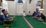 Remaja Masjid Asy Syuhada kampung Bugis Serangan bersama Rumah Zakat kembali mengadakan kajian rutin dua pekanan, Senin (15/10).