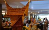 Sejumlah hotel di Padang Sumatra tutup sementara akibat wabah covid-19. Foto suasana salah satu restoran hotel di Padang, Sumatra Barat (ilustrasi)
