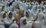 Ribuan anak yatim bermain game interaktif saat rangkaian acara berbagi bahagia dengan yatim dan dhuafa di Jakarta, Rabu (21/6).