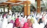 Ribuan calon jamaah haji (calhaj) sedang mengikuti bimbingan manasik haji massal.
