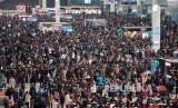 Ribuan calon penumpang Stasiun Kereta Hongqiao di Shanghai, menjelang perayaan tahun baru Imlek jutaan warga Cina mudik ke kampung halaman masing-masing.