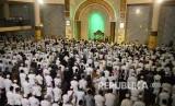 Ribuan masyarakat dan Aparatur Sipil Negara (ASN) Pemkot Bandung mengikuti Shalat Subuh Berjamaah Akbar, di Masjid Raja Jawa Barat, Alun-alun Kota Bandung, Ahad (22/9).