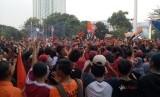 Ribuan The Jakmania berpesta pora usai Persija Jakarta menjadi kampiun Liga 1 2018, Ahad (9/12).