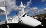 Richard Branson dan pesawat luar angkasa Virgin Galactic.