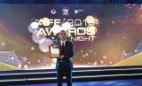 Riko Simanjuntak dengan plakat penghargaan AFF Best XI.