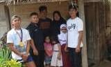 Rio Rizky Darmawan (kiri) bersama keluarga dan Pendamping PKH Kecamatan Kulawi Selatan Sigi Sulawesi Tengah Aziz Wilkerson di rumahnya di Kulawi Selatan Sigi Sulawesi Tengah.