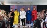 Risa Maharani (tengah) saat mengisi pameran busana di Paris.
