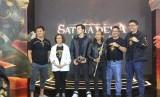Rizky Nazar (ketiga dari kiri) dan penain serta kru film Gatotkaca.
