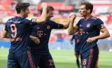 Robert Lewandowski (Kiri ) merayakan golnya bersama Thomas Mueller (tengah) and Leon Goretzka (Kanan) saat Muenchen bertemu Leverkusen, Ahad Dini Hari WIB. Muenchen menang 4-2 atas Leverkusen.