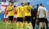 Roberto Martinez (berjas) memberikan instruksi kepada para pemain timnas Belgia.
