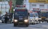 Rombongan mobil ambulan keluar dari Polrestabes Surabaya, Jawa Timur, Senin (14/5).