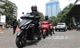 Rombongan touring jarak jauh GESITS Tour de Jawa Bali di Gedung Badan Pengkajian dan Penerapan Teknologi (BPPT) , Jakarta, Senin (7/11).