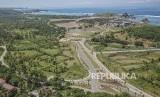 """Ruas jalan gerbang barat Kawasan Ekonomi Khusus (KEK) Mandalika di Desa Kuta, Kecamatan Pujut, Praya, Lombok Tengah, NTB, Minggu (24/2/2019). Di kawasan pariwisata yang dikelola Indonesia Tourism Development Corporation (ITDC) itu akan dibangun sirkuit berkelas MotoGP dengan konsep """"Street Circuit"""""""
