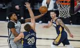 Rudy Gay dari San Antonio Spurs (kiri) melewati Nicolo Melli dari New Orleans Pelicans (20) untuk melepaskan lay updalam pertandingan bola basket NBA, di Lake Buena Vista, Florida, AS, Ahad (9/8).