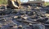 Rumah-rumah hancur di sepanjang San Ysidro Creek dekat East Valley Road di Montecito, Kalifornia, Rabu (10/1). Longsor akibat hujan deras Selasa pagi membawa batu-batu besar, semburan lumpur dan puing turun.