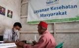 Rumah Yatim Area Jabar menggelar pemeriksaan dan pengobatan gratis bagi kaum lansia di Kampung Burungayun, Desa Sukakarya, Kecamatan Banyuresmi, Kabupaten Garut, Selasa(28/1).