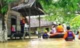 Rumah Zakat Action melakukan proses evakuasi terhadap korban banjir di Samarinda pada Senin, (9/6).