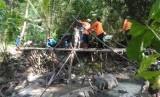 Rumah Zakat Action, relawan dan masyarakat yang melakukan  penanganan pascabanjir di Kecamatan Imogiri, Kabupaten Bantul, DIY, Sabtu  (23/3).