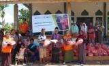 Rumah Zakat bersama BPJS Ketenagakerjaan menyalurkan 72 paket bantuan logistik kepada para pengungsi korban banjir Konawe pada Selasa (25/6).