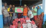 Rumah Zakat bersama Indosat dan PMI menyalurkan bantuan untuk korban banjir Konawe.