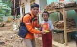 Rumah Zakat mendistribusikan bantuan 40 paket Alquran dan Iqra untuk warga banjir