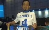 Safrudin, fan Inter Milan asal Kebumen yang bertemu idolanya Javier Zanetti di Jakarta, Rabu (14/2).