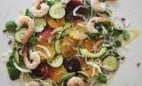 Salad dengan sayuran mentimun dan buah jeruk serta udang bisa jadi inspirasi makan sehat.