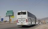 Salah satu bus yang mengangkut rombongan jamaah haji kloter SUB 35 asal Embarkasi Surabaya bersiap masuk ke dalam Terminal Hijrah, Madinah, Kamis (22/9).