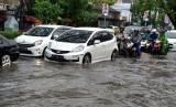 Salah satu jalan di Kota Malang yang tergenang air, Senin (10/12)